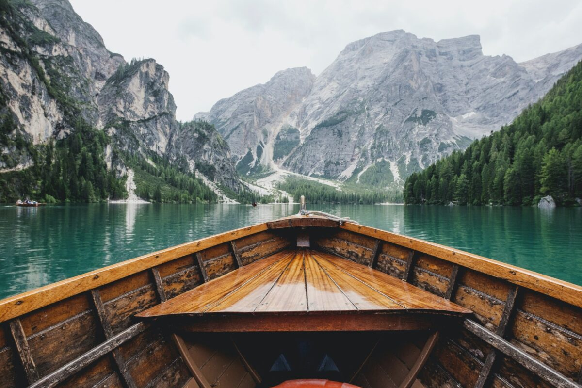 A beautiful photo from a boat looking at mountains - by Luca Bravo available - free high resolution images from Unsplash